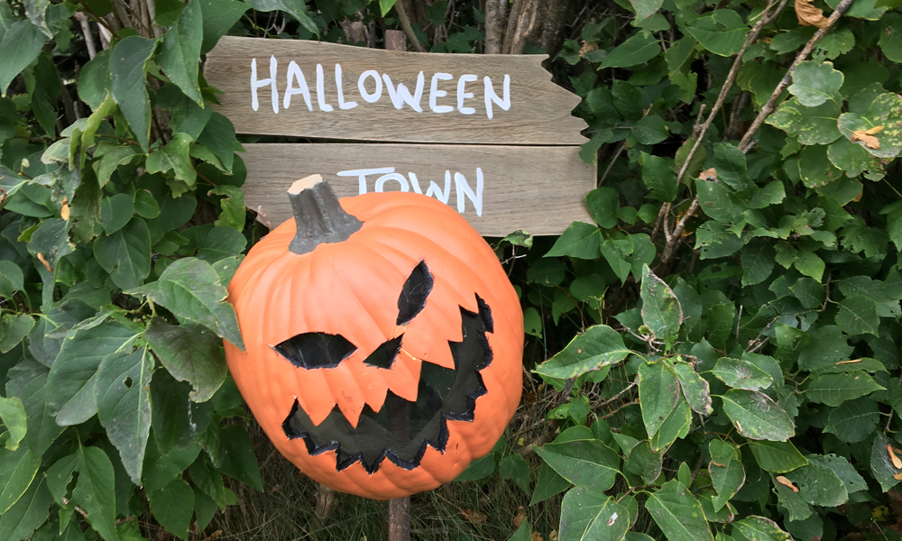 halloween-town-sign-diy-feature